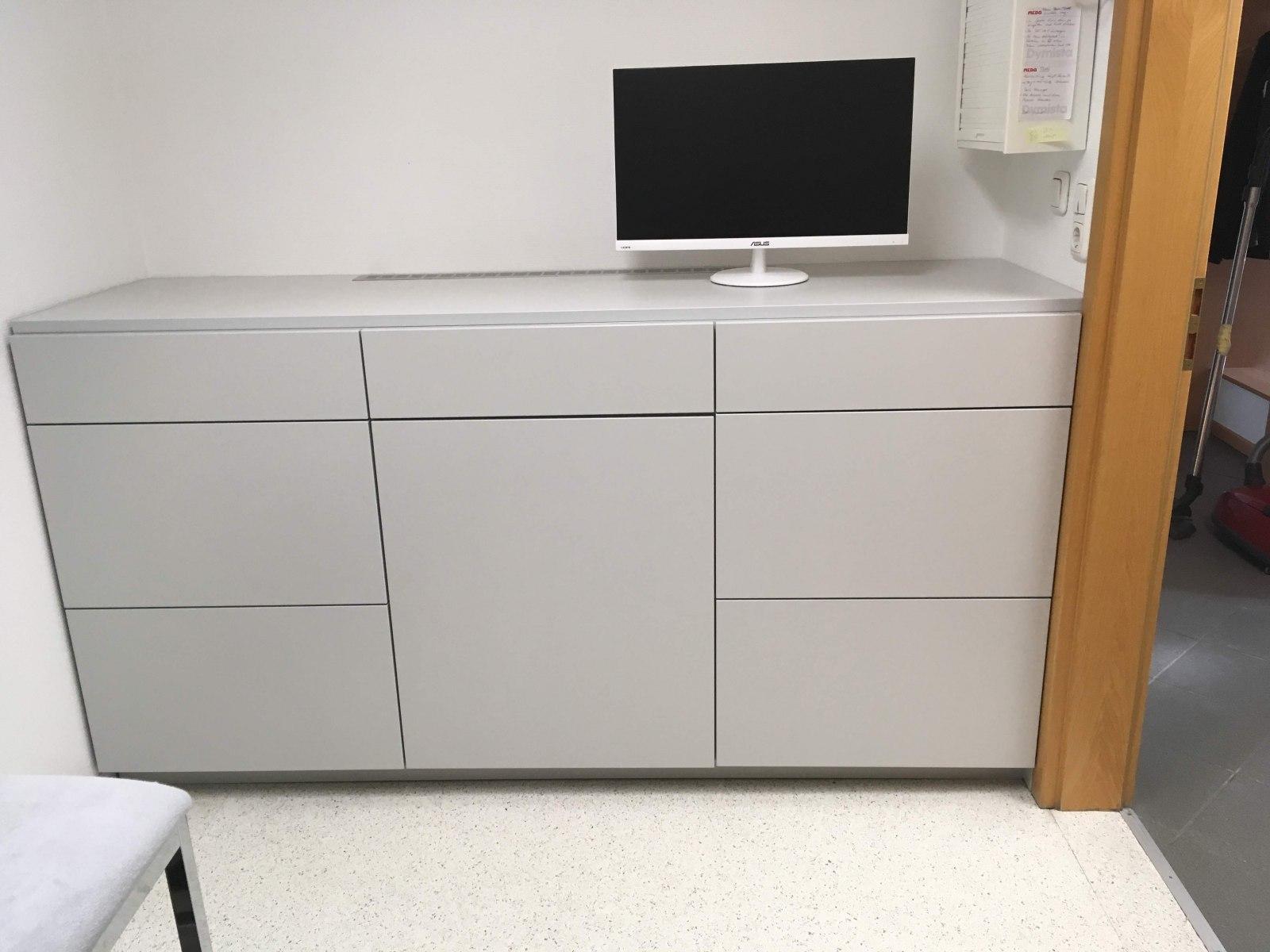 Schranksystem auf Maß in einer Arztpraxis